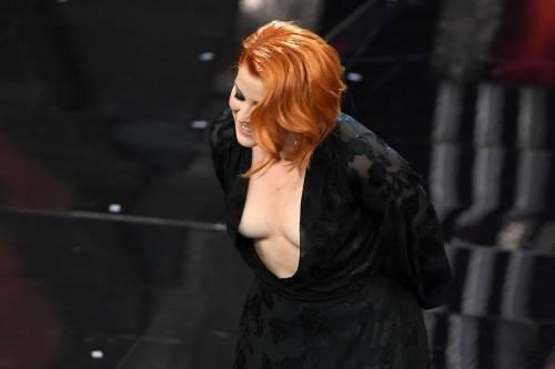 Sanremo 2018, Noemi in abito nero e profonda scollatura 16