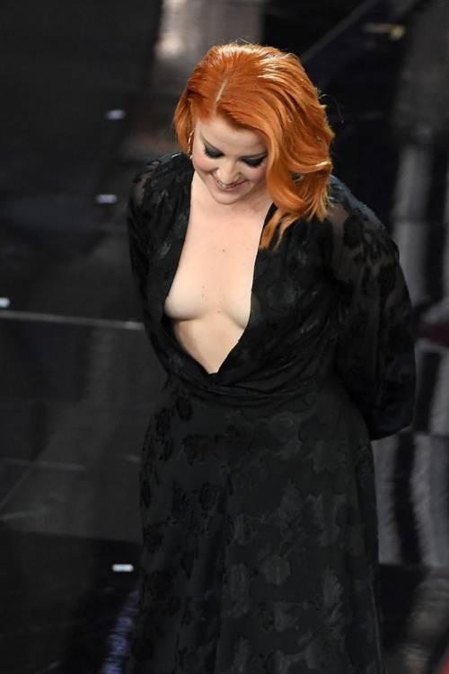 Sanremo 2018, Noemi in abito nero e profonda scollatura 17