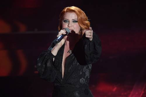 Sanremo 2018, Noemi in abito nero e profonda scollatura 18