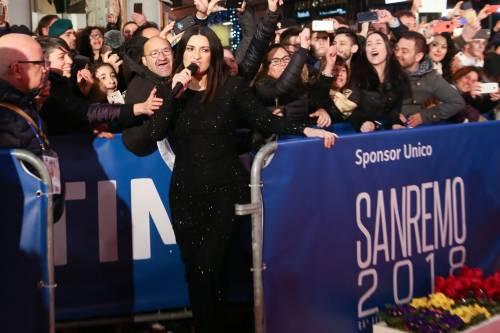 Laura Pausini canta con i fan fuori dall'Ariston 2