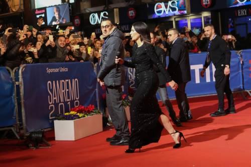 Laura Pausini canta con i fan fuori dall'Ariston 3
