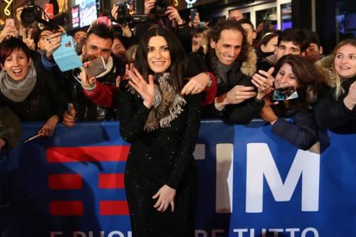 Laura Pausini canta con i fan fuori dall'Ariston 5