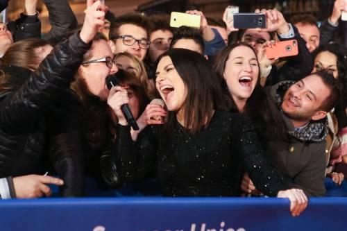Laura Pausini canta con i fan fuori dall'Ariston 7