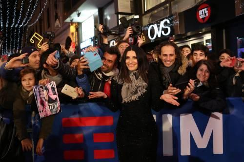 Laura Pausini canta con i fan fuori dall'Ariston 8