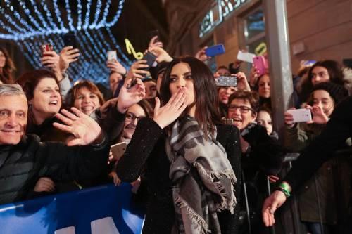 Laura Pausini canta con i fan fuori dall'Ariston 10