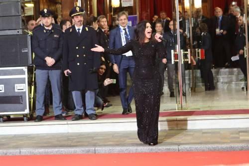 Laura Pausini canta con i fan fuori dall'Ariston 11