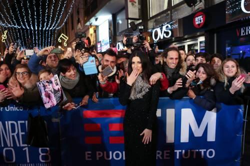 Laura Pausini canta con i fan fuori dall'Ariston 12
