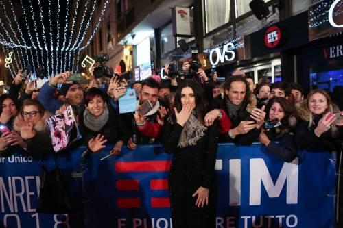 Laura Pausini canta con i fan fuori dall'Ariston 13