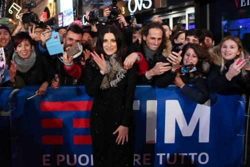 Laura Pausini canta con i fan fuori dall'Ariston 15