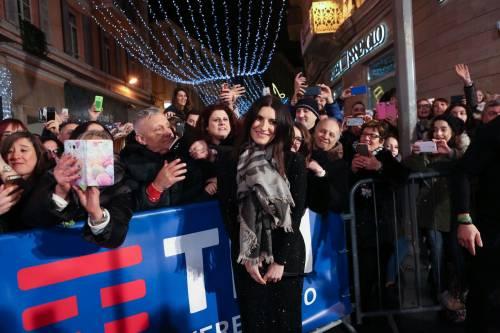 Laura Pausini canta con i fan fuori dall'Ariston 16