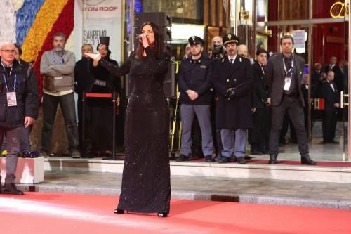 Laura Pausini canta con i fan fuori dall'Ariston 17