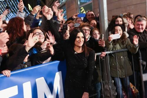 Laura Pausini canta con i fan fuori dall'Ariston 18