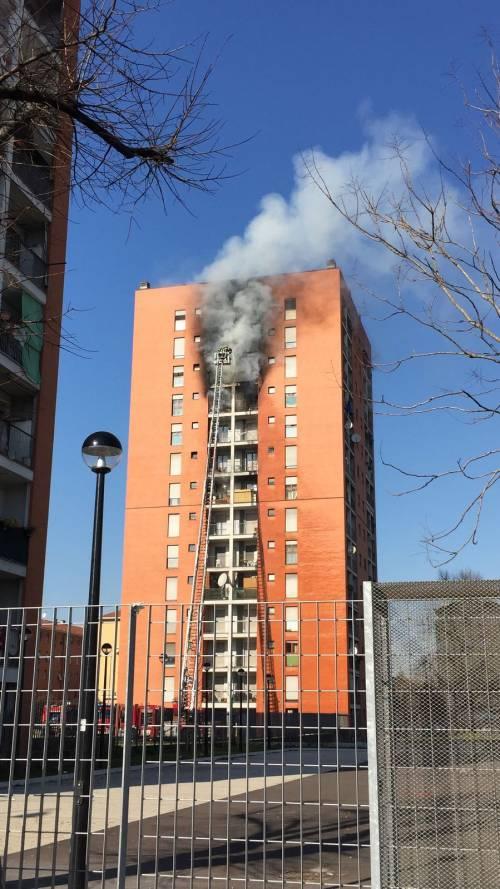Milano, incendio a Quarto Oggiaro: brucia un palazzo 3