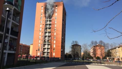 Milano, incendio a Quarto Oggiaro: brucia un palazzo 4