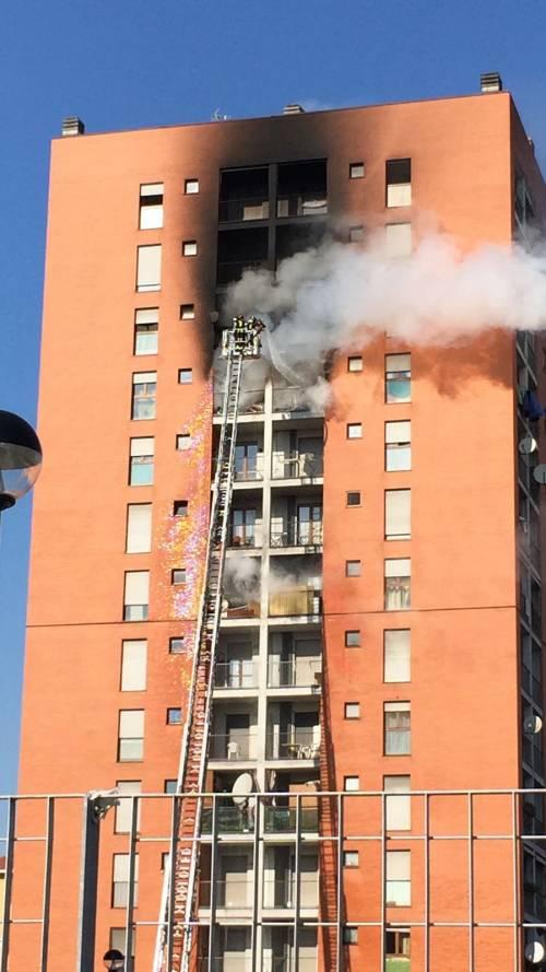 Milano, incendio a Quarto Oggiaro: brucia un palazzo 6