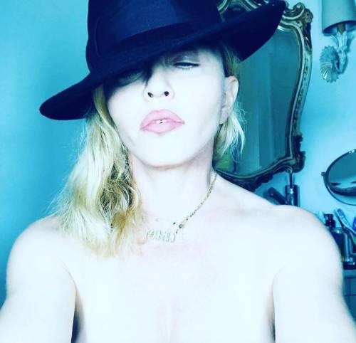 Madonna, topless a sorpresa su Instagram