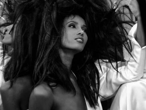 «Art Fucks Fashion»: in mostra il ritratto di Iman e il teschio blu di Yves Klein
