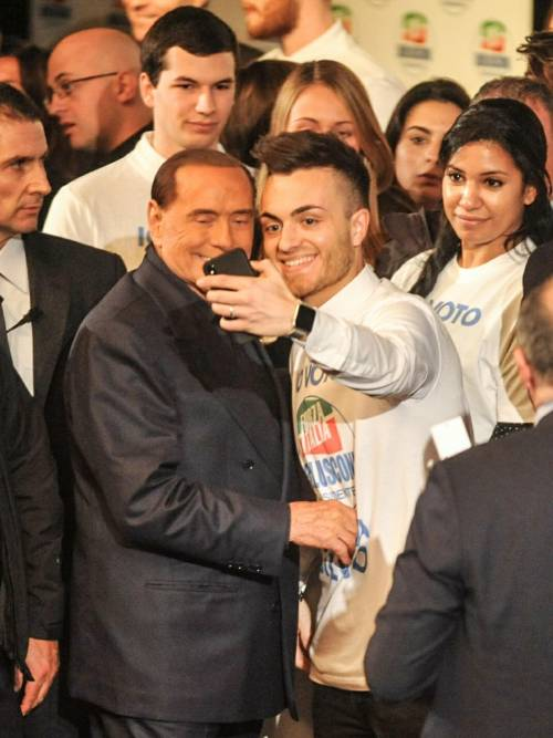 L'affetto che circonda Berlusconi a Milano 9