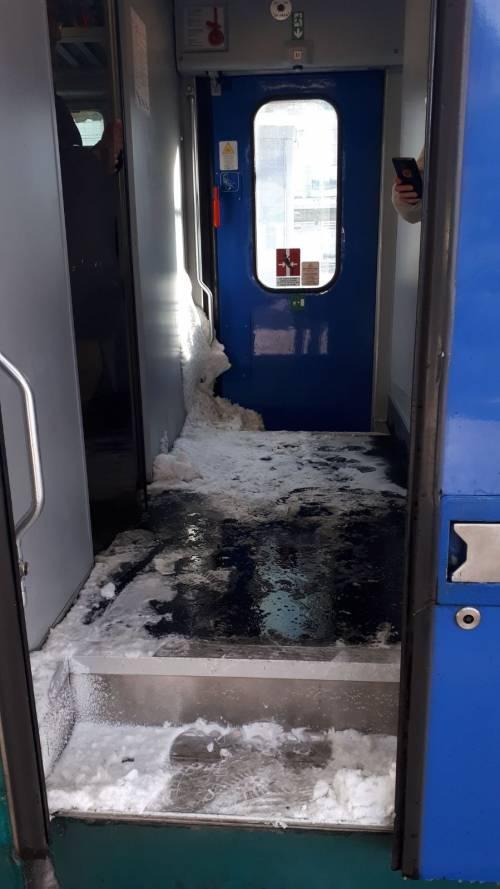 Neve e ghiaccio nei vagoni del treno regionale Orte-Roma 3