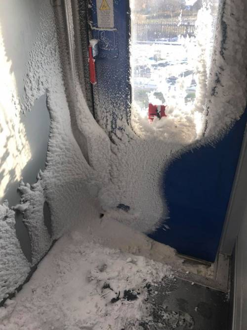 Neve e ghiaccio nei vagoni del treno regionale Orte-Roma 2