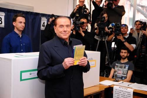 Berlusconi contestato al seggio dalla Femen a seno nudo