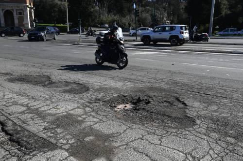 Gli interventi dei vigili urbani per chiudere le buche sulle strade della Capitale 3