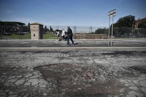 Gli interventi dei vigili urbani per chiudere le buche sulle strade della Capitale 4