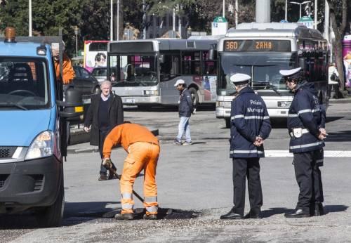 Gli interventi dei vigili urbani per chiudere le buche sulle strade della Capitale 5
