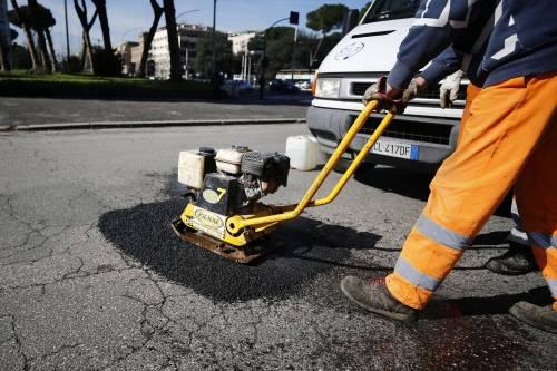 Gli interventi dei vigili urbani per chiudere le buche sulle strade della Capitale 9
