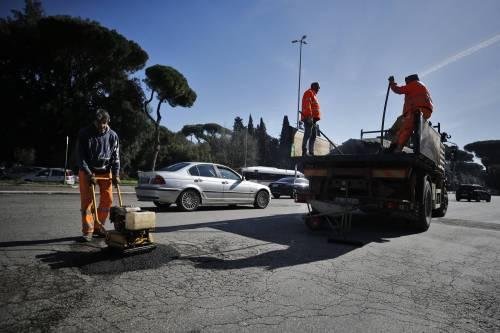 Gli interventi dei vigili urbani per chiudere le buche sulle strade della Capitale 8