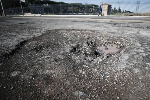 Gli interventi dei vigili urbani per chiudere le buche sulle strade della Capitale 10