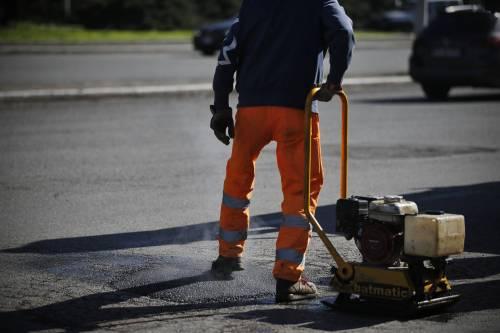 Gli interventi dei vigili urbani per chiudere le buche sulle strade della Capitale 6