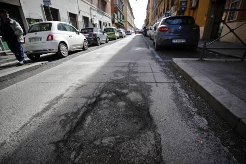 Gli interventi dei vigili urbani per chiudere le buche sulle strade della Capitale 12