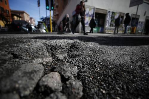 Gli interventi dei vigili urbani per chiudere le buche sulle strade della Capitale 13