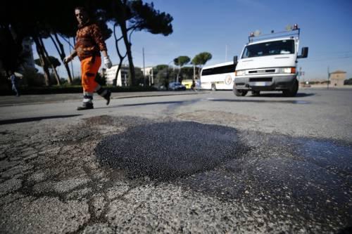 Gli interventi dei vigili urbani per chiudere le buche sulle strade della Capitale 14