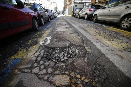 Gli interventi dei vigili urbani per chiudere le buche sulle strade della Capitale 11