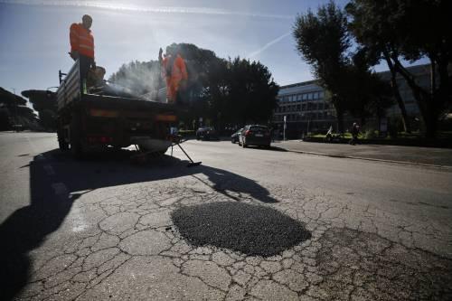 Gli interventi dei vigili urbani per chiudere le buche sulle strade della Capitale 15