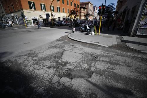 Gli interventi dei vigili urbani per chiudere le buche sulle strade della Capitale 17