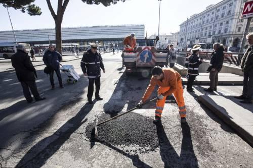Gli interventi dei vigili urbani per chiudere le buche sulle strade della Capitale 16