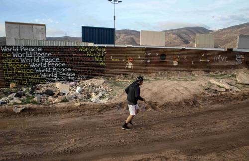 I prototipi del muro anti migranti con il Messico 7