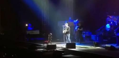 """Zalone irrompe al concerto di Zucchero: il pubblico canta """"Angela"""""""