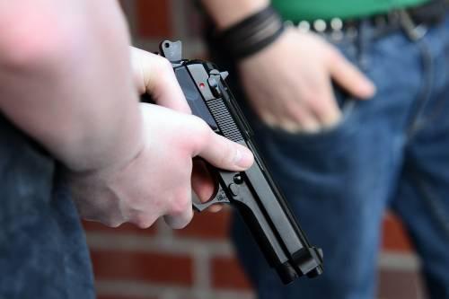 Al processo scatta la rissa, poliziotto uccide un gangster