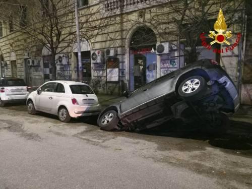 Un'auto finisce in una voragine 3
