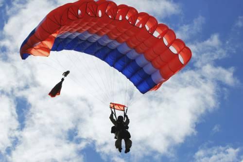 Paracadutista spericolato si appende alle ali dell'aereo