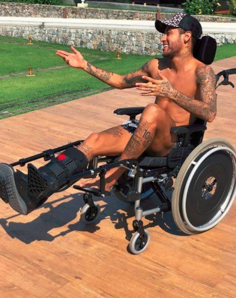 "Neymar in sedia a rotelle cita Hawking. E i followers si infuriano: ""È disgustoso"""