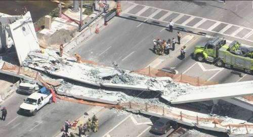 Miami, crolla ponte pedonale sulle auto 5