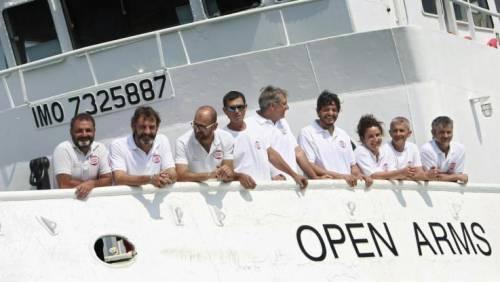 Quelle manovre in mare della Ong per caricare i migranti prima delle motovedette libiche