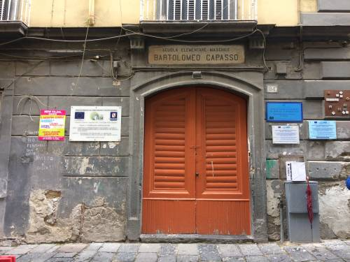 Scuole senza manutenzione: a Napoli bagni per le alunne off-limits in una media  2