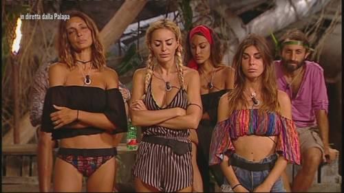 """Isola dei Famosi, Elena non saluta Alessia: """"Mi sputerebbe addosso"""""""