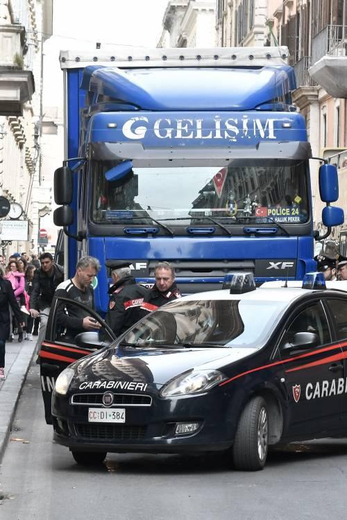 Roma, tir turco in via del Corso: fermato per controlli 2